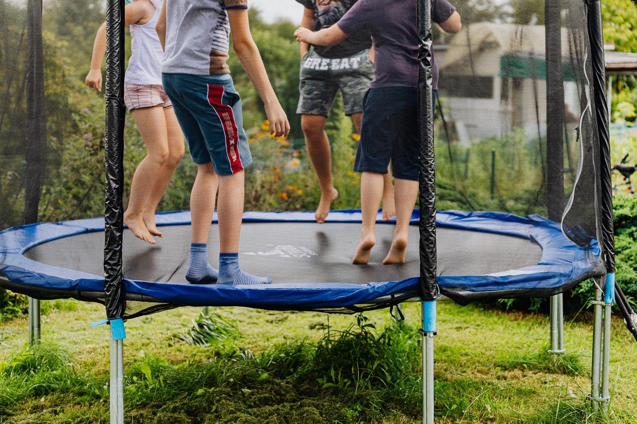 Kinder auf Trampolin