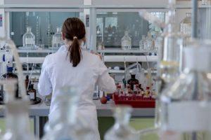 Laborkittel für sicheres Arbeiten im Labor