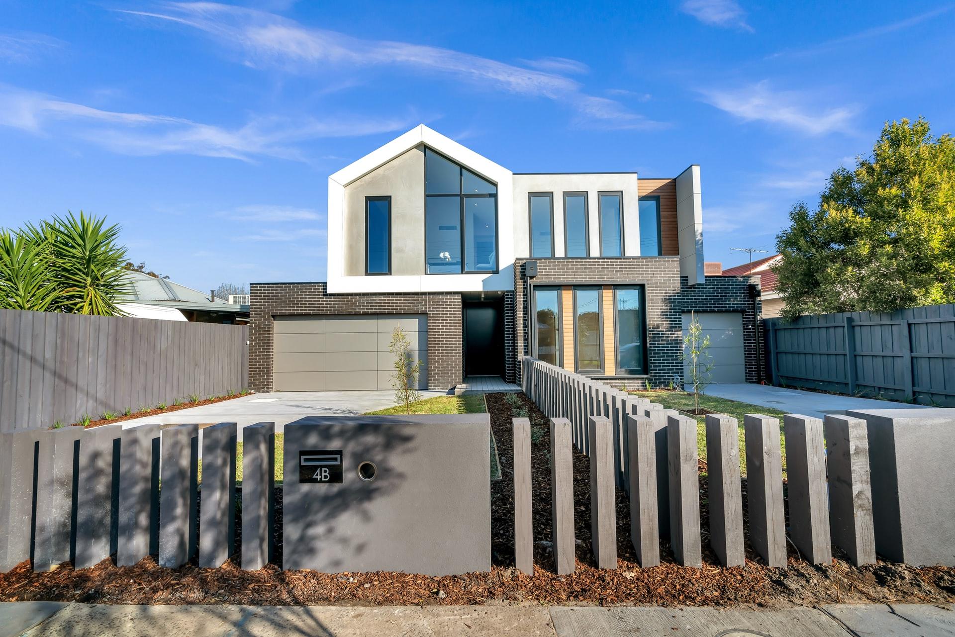 Haus mit Betonzaun